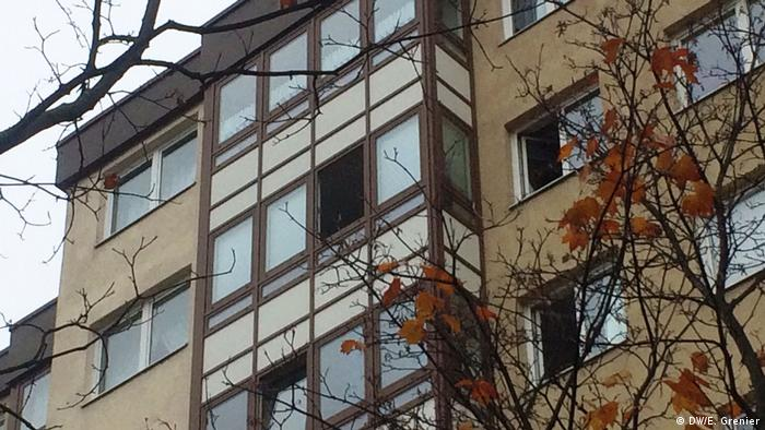 House with open windows in the fall (DW/E. Grenier)