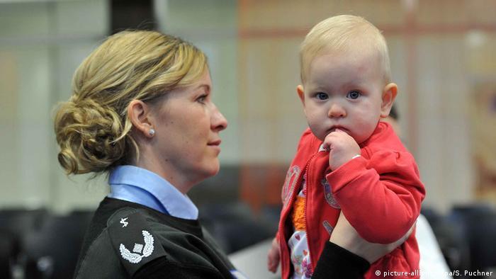 Служащая бундесвера с ребенком