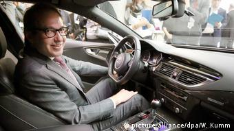 Alexander Dobrindt sitting in car (picture-alliance/dpa/W. Kumm)