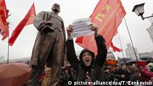 07.11.2016+++epa05621229 Dmitry Dashkevich (C), an opposition leader, holds a poster and shout anti-communists slogans in front on newly-opened Lenin monument during the opening ceremony of the monument to mark the 99th anniversary of the so-called 'Great October Socialist Revolution' in 1917, in Minsk, Belarus, 07 November 2016. The October Revolution dates to 25 October 1917 in the Julian calendar which corresponds to 07 November 1917 in the Gregorian calendar. EPA/TATYANA ZENKOVICH |