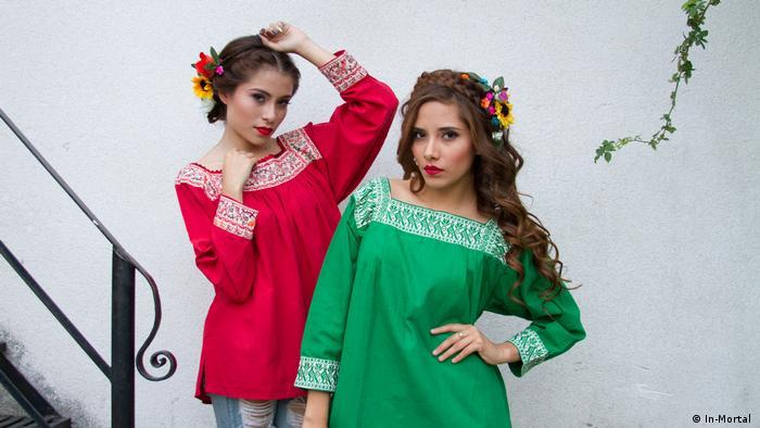 Las modelos mexicanas Liz Escalante y Nancy Jaimes con blusas bordadas de In-Mortal.