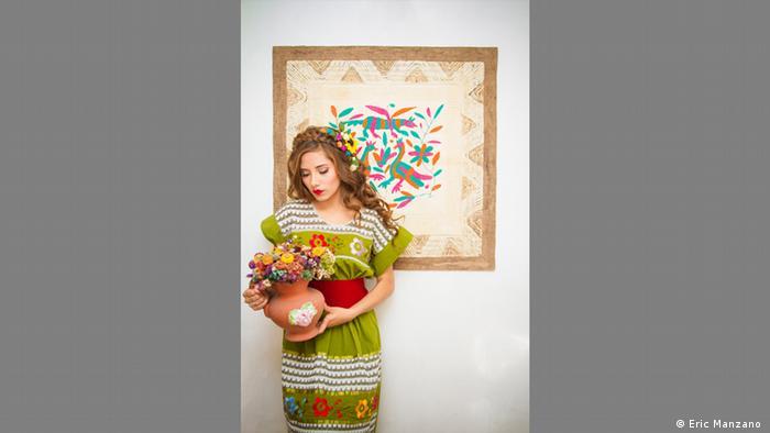 La modelo mexciana Liz Escalante con un vestido de Lourdes Rivadeneyra.