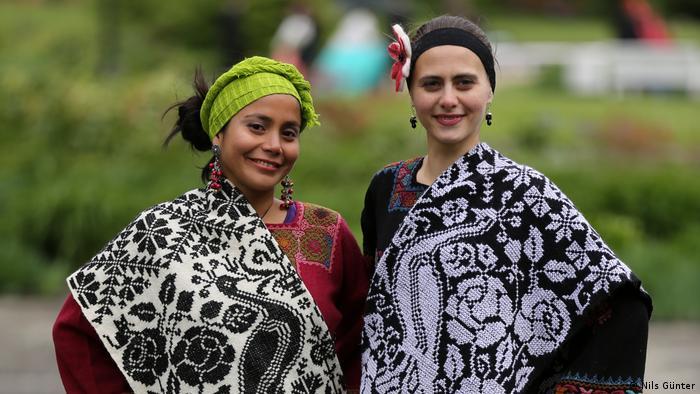 Las modelos Lena Pozdnakova y Mariuxi Guevara presentan diseños de Lourdes Rivadeneyra.