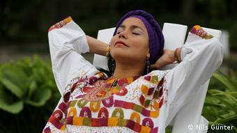 La modelo Mariuxi Guevara con una blusa de In-Mortal.