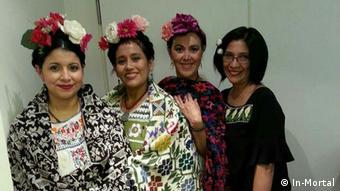 La diseñadora Lourdes Rivadeneyra junto con tres modelos que portan su ropa.