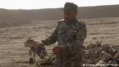 Irak Region Mossul Hamam al-Alil Massengrab Teddy (picture-alliance/AP Photo)
