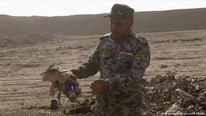 Irak Region Mossul Hamam al-Alil Massengrab Teddy (picture-alliance/AP Photo)