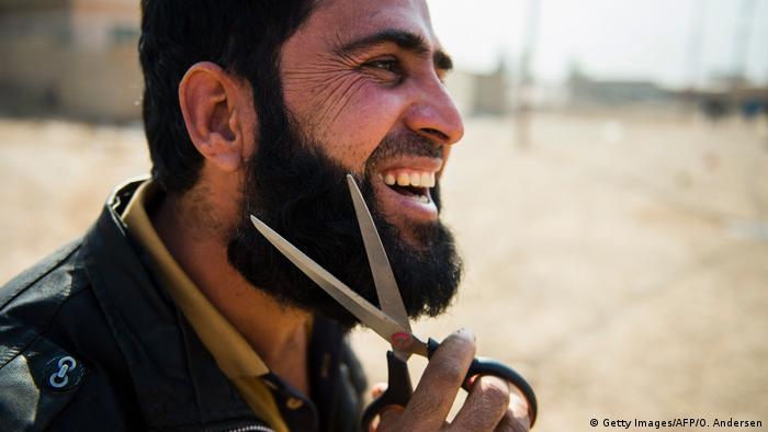Irak Region Mossul Mann schneidet Bart (Getty Images/AFP/O. Andersen)