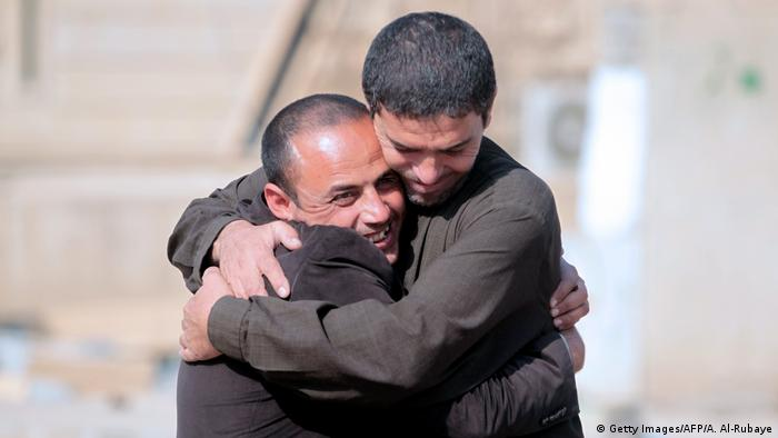 Iral Region Mossul Hamam al-Alil area Jubel Umarmung Befreiung (Getty Images/AFP/A. Al-Rubaye)
