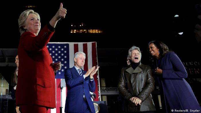 Philadelphia Wahlkampf Hillary Clinton Bill Clinton Bon Jovi (2nd R) Michelle Obama (R) (Reuters/B. Snyder)