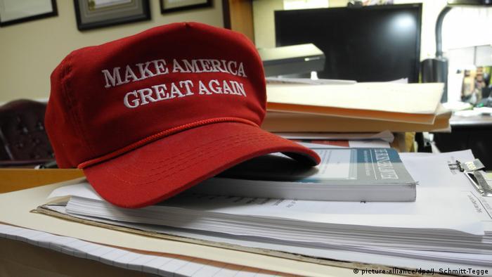 Boné com o slogan da campanha de Trump