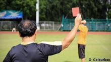 Symbolbild Schiedsrichter Rote Karte Fußball