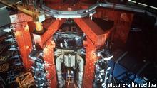 Die Kernfusionsanlage JET (Joint European Torus) in Culham bei Oxford im Endstadium des Baus (undatiertes Archivbild). Mit der Anlage soll die Gewinnung von Energie durch Kernfusion - ein Vorgang, der auf der Sonne stattfindet, und der weder radioaktiven Abfall noch Treibhausgase produziert - erforscht werden. Obwohl die Forscher erfolgreich sind und eine kommerzielle Nutzung dieser Technik im Jahr 2045 wahrscheinlich sein könnte, fehlen die Mittel für eine weiter Erforschung der Kernfusionstechnik. dpa COLORplus |
