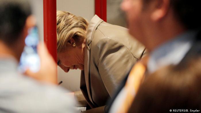 USA | Präsidentschaftkandidatin Hillary Clinton füllt ihren Wahlzettel aus (REUTERS/B. Snyder)