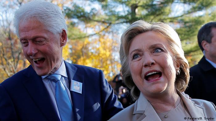 Гілларі та Білл Клінтони шляхом до вибочої дільниці
