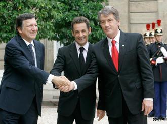 French President Nicolas Sarkozy, center, and European Commission President Jose Manuel Barroso, left, welcome Ukrainian President Viktor Yushchenko