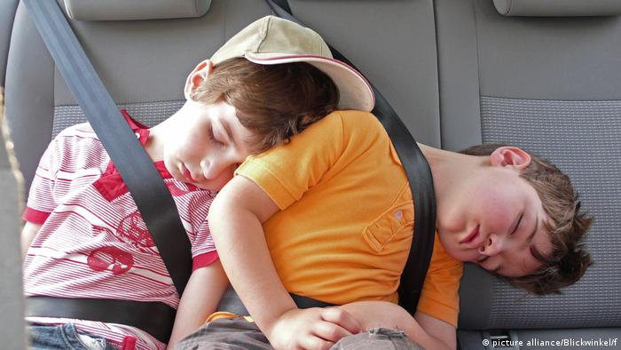 two kids sleeping on the backseat of a car (picture alliance/Blickwinkel/f)