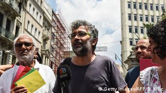 Türkei | Erol Önderoglu von Reporter ohne Grenzen spricht mit der Presse (Getty Images/AFP/B. Kilic)
