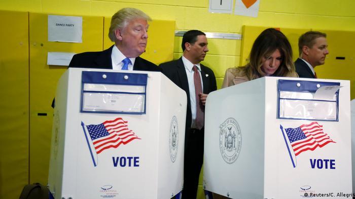 USA | Präsidentschaftskandidat Donald Trump und seine Frau Melania Trump im Wahllokal (Reuters/C. Allegri)