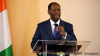 Elfenbeinküste | Präsident Alassane Ouattara spricht während der offiziellen Zeremonie der Verkündung der dritten Republik der Elfenbeinküste nach dem Referendum über eine neue Verfassung (REUTERS/T. Gouegnon)
