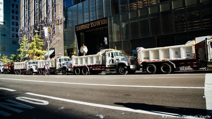 USA Präsidentschaftswahl Straßensperre vor Trump Tower in New York (picture-alliance/dpa/A. Vigaray)