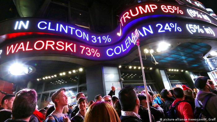 USA Präsidentschaftswahl Auszählung der Stimmen Times Square in New York (picture-alliance /newscom/M. Graff)