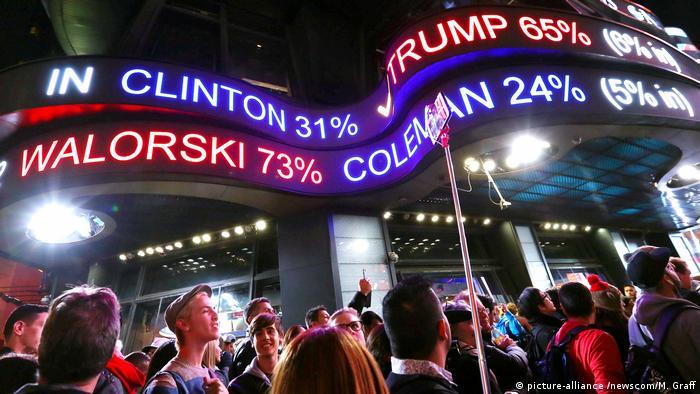 У Нью-Йорку люди зібралися на Таймс-сквер, щоб слідкувати за підрахунком голосів
