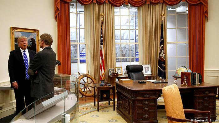 Donald Trump in einem Museumsnachbau des Oval Office (Foto: Reuters)