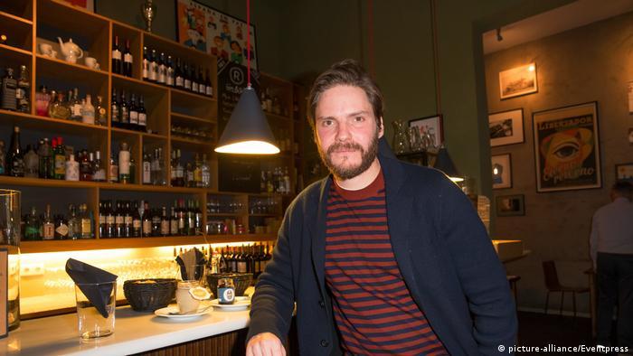 Даниэль Брюль в своем баре