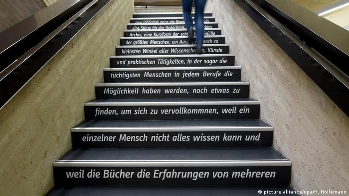 Лестница с цитатами Лейбница на выставке 1716 - последний год из жизни Лейбница