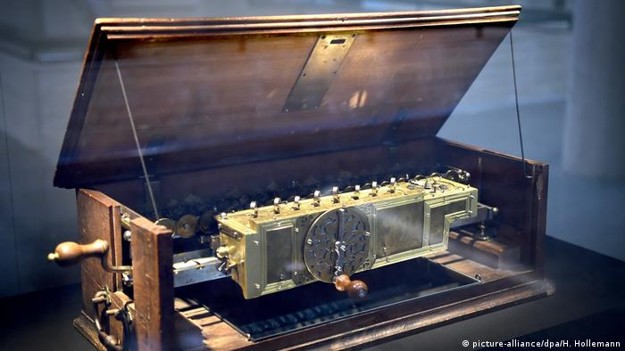 Первый калькулятор - один из 49 экспонатов выставки в Ганновере