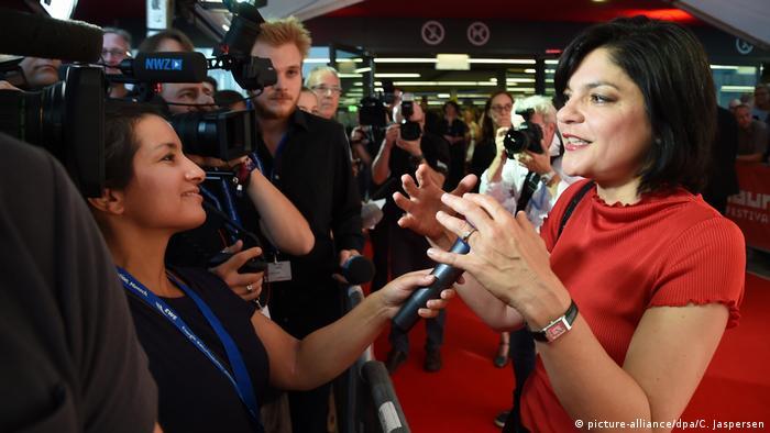 یاسمین طباطبایی متولد ۱۳۴۶ در تهران است که در پی انقلاب با خانواده به آلمان مهاجرت کرد. او خواننده، ترانهسرا و هنرپیشهایست که تاکنون در ۴۴ فیلم سینمایی ایفای نقش کرده. به او سه جایزه سینمایی اهدا شده و در سال ۲۰۰۸ نیز اسکار دوبله را دریافت کرده است.