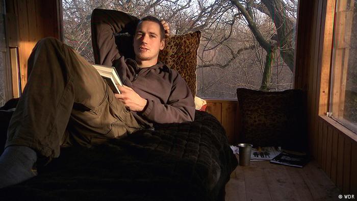 Clumsy vive en casa de un árbol en el bosque desde hace cinco años.