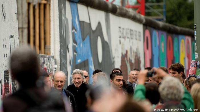 Berlin Roger Waters besucht Berliner Mauer