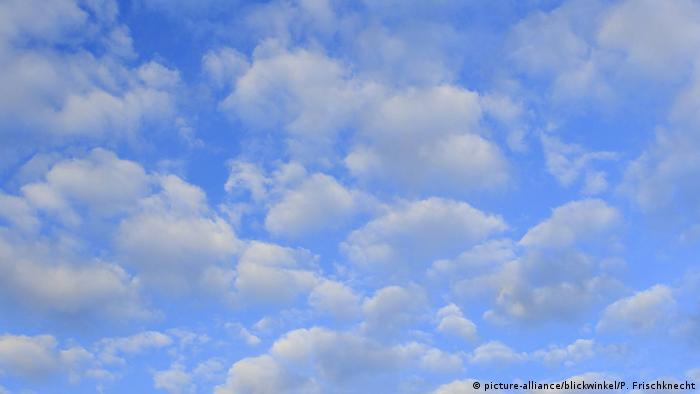 Clouds in a blue sky (picture-alliance/blickwinkel/P. Frischknecht)