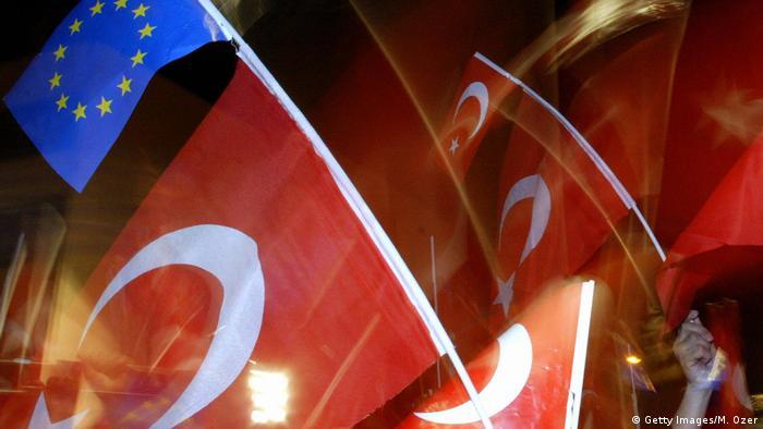 Türkei AKP mit Flaggen am Flughafen Ataturk