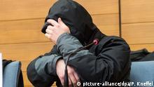 10.11.2016 **** dpatopbilder Der Fahrdienstleiter Michael P. sitzt am 10.11.2016 in Traunstein (Bayern) mit Handschellen vor dem Landgericht in der Anklagebank. Dem angeklagten Fahrdienstleiter wird fahrlässige Tötung vorgeworfen. Der Bahnmitarbeiter soll Signale falsch gestellt und bis kurz vor dem Frontalzusammenstoß der beiden Züge auf seinem Smartphone gespielt haben. Foto: Peter Kneffel/dpa +++(c) dpa - Bildfunk+++