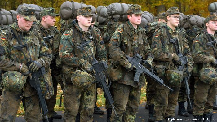 German soldiers in the Bundeswehr (picture-alliance/dpa/S. Sauer)