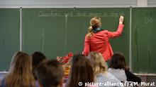 ARCHIV - Eine Studienrätin schreibt am 20.05.2015 in einem Klassenzimmer im Theodor-Heuss-Gymnasium in Esslingen (Baden-Württemberg) während des Englischunterrichts der Klasse 5e an die Tafel. Sachsen fehlen Lehrer und Pädagogennachwuchs. Seit 2013 besteht für junge Menschen die Möglichkeit, den Job beim Freiwilligen Sozialen Jahr in der Praxis zu testen. Foto: Marijan Murat/dpa (zu lsn «Freiwilligendienst in Schulen beliebt - Berufsorientierung und Hilfe» vom 18.09.2015) +++(c) dpa - Bildfunk+++ | Verwendung weltweit