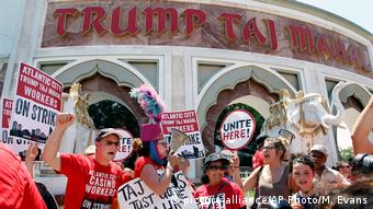USA streieknde Mitarbeiter vor dem Trump Taj Mahal Hotel in Atlantic City (picture-alliance/AP Photo/M. Evans)
