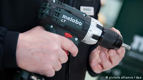 a man holds a power drill (Foto: dpa)