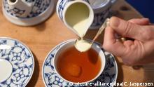 Jutta Gates, Inhaberin des Teestübchens im Schnorr, lässt am 06.05.2016 in Bremen Teesahne in den Ostfriesentee tröpfeln. Die ostfriesische Teekultur soll den begehrten Unesco-Titel immaterielles Kulturerbe erhalten. Foto: Carmen Jaspersen/dpa +++(c) dpa - Bildfunk+++  