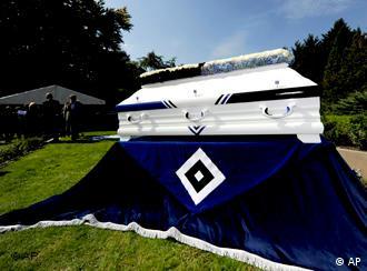 Posljednji ispraćaj jednog navijača na novootvorenom groblju hamburškog bundesligaša.