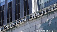 ARCHIV - Die Zentrale der Investmentbank Lehman Brothers in New York (Archivfoto vom 12.06.2008). Die von der Finanzmarktkrise schwer getroffene US-Investmentbank Lehman Brothers gerät auf der Suche nach neuen Geldquellen immer stärker unter Druck. Nach US-Medienberichten über gescheiterte Gespräche mit einem möglichen asiatischen Investor stürzte der Aktienkurs der viertgrößten amerikanischen Investmentbank am Dienstag (09.09.2008) in New York ab. Lehman Brothers sucht Berichten zufolge zudem weiter nach einem Käufer für ihre Vermögensverwaltung. EPA/JUSTIN LANE +++(c) dpa - Bildfunk+++