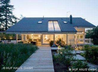 Ein erleuchtetes Haus in der Dämmerung (Foto: HUF HAUS GmbH)
