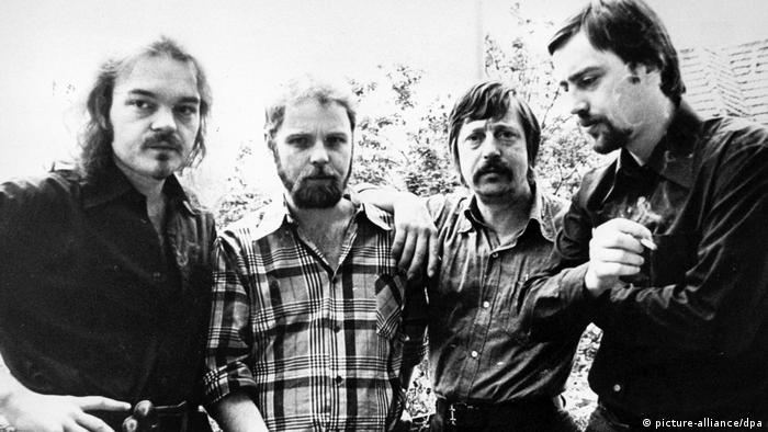 Singer-songwriters Christian Kuhnert, Gerulf Pannach and Wolf Biermann with the writer Jürgen Fuchs (L to R) in August 1977 in West Berlin (picture-alliance/dpa)