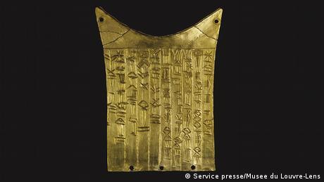 Με μια πρώτη ματιά μοιάζουν με απλές γραμμές. Στην πραγματικότητα πρόκειται για το πρώτο σύστημα γραφής που γνώρισε η ανθρωπότητα πριν από 6000 χρόνια στη Μεσοποταμία. Πρόκειται για τη σουμεριακή σφηνοειδή γραφή, που αποτέλεσε τη βάση για δεκάδες άλλα αλφάβητα.