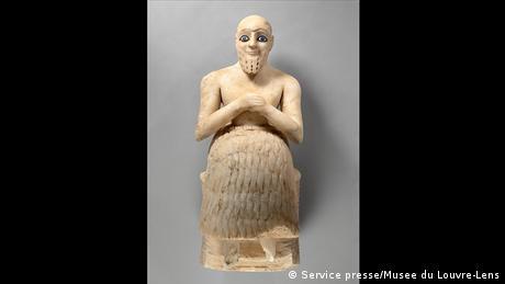 Αυτό το άγαλμα ενός ασσύριου προύχοντα που έζησε περί το 2500 π.Χ. ξεχωρίζει γιατί τα μάτια του είναι φτιαγμένα από τον πολύτιμο λίθο λάπις λάζουλι, κοινώς ζαφείρι. Ο κόσμος των ανθρώπων θεωρούνταν μίμηση του κόσμου των θεών, όπου και εκεί υπήρχε ιεραρχία. Πάνω σε αυτή τη λογική δομήθηκε όλη η διοικητική οργάνωση της αρχαίας Μεσοποταμίας.