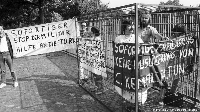 Siempre la protesta: frente a la cancillería de Bonn, Wolf Biermann (al frente) se manifiesta contra la relegación de un oponente del régimen de Turquía, 1983.