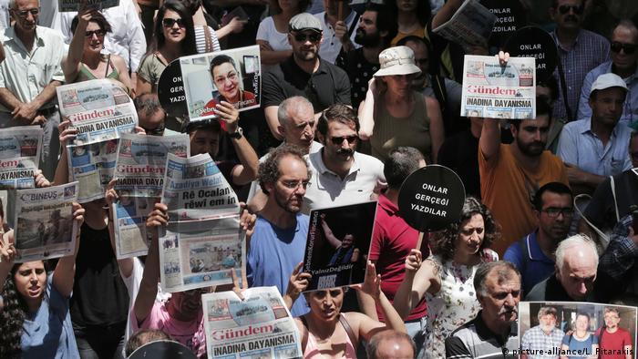 Türkei Protest gegen Verfolgung von Journalisten der Zeitung Özgür Gündem